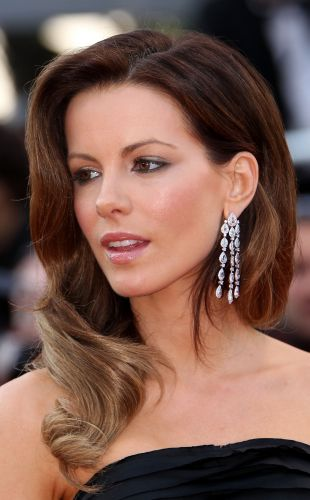 As ondas laterais e glamourosas de Kate Beckinsale são ideias para eventos sofisticados como casamentos e formaturas