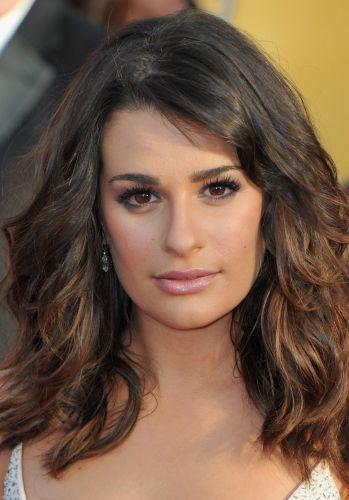 Lea Michele, que tem os cabelos lisos, investiu na textura e no volume neste penteado em que os fios são trabalhados para ficarem com movimento e levemente amassados