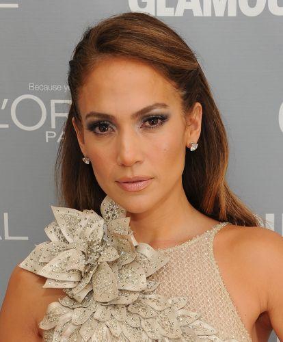O penteado de Jennifer Lopez, com as laterais presas e franja penteada para o lado, deixa o rosto bem à mostra e valoriza a maquiagem