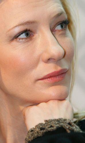 Prestes a completar 41 anos, Cate Blanchett consegue manter sua pele naturalmente jovem e iluminada