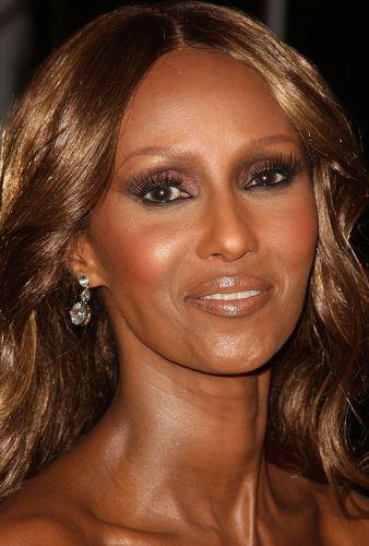 A modelo Iman, 54, causa inveja com sua pele perfeitamente uniforme, sem rugas e radiante