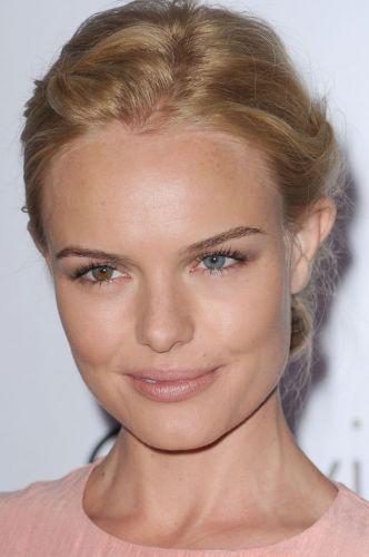 A pele da atriz Kate Bosworth é naturalmente viçosa e com aparência de bem cuidada