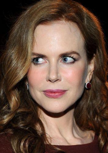 Nicole Kidman é conhecida por seus cuidados extremos com a pele, como não se expor ao sol e ter sempre a mão os últimos recursos cosméticos que retardam a ação do tempo. O resultado é a pele sem manchas e visivelmente iluminada