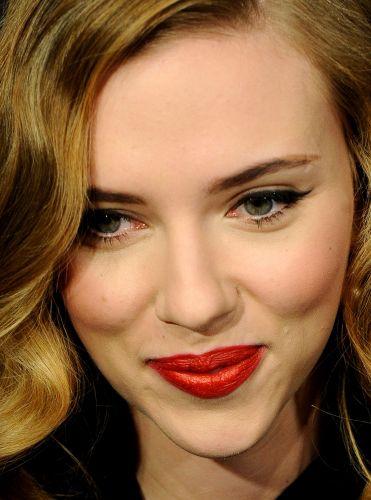 Scarlett Johansson é fã de maquiagens e sabe que os cuidados com a pele são essenciais para o bom resultado do make. Assim, mesmo debaixo da camada matificante, é possível notar que a atriz não tem marcas e manchas de sol