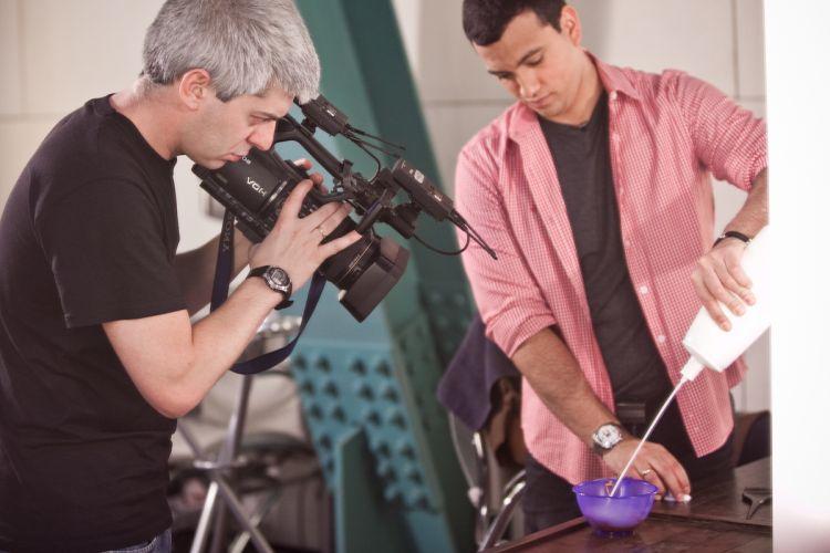 O cinegrafista Rodrigo Bozzi registra o momento da mistura de tons da tintura