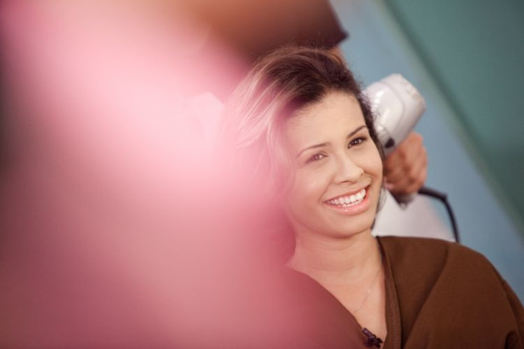 Solange Lima sorri ao ver a nova cor de seus cabelos