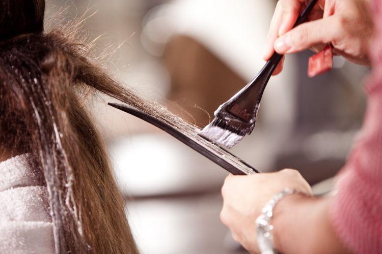 Com o pré-corte já feito, o cabeleireiro fez mechas esfumadas para iluminar o visual