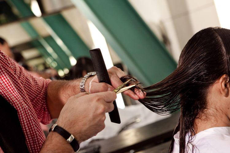 No detalhe, o cabeleireiro corta as pontas dos fios para dar leveza e movimento aos cabelos
