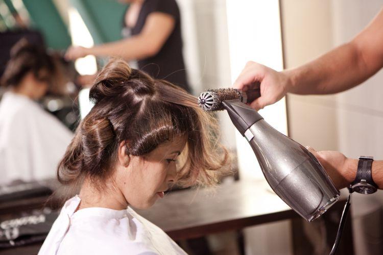 Para mostrar ainda mais o resultado da tintura, o cabeleireiro resolveu escovar os fios da participante