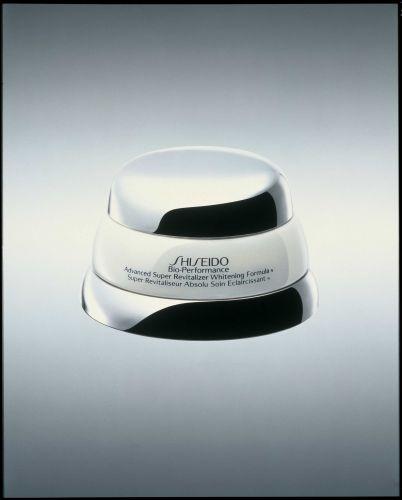 Advanced Super Revitalizer Whitening Formula, Shiseido - Segundo o fabricante, o produto suaviza manchas já formadas e previne a evolução de novas manchas, além de ter ação efetiva contra as manchas mais escuras. A marca promete uma pele mais uniforme, clara, luminosa e protegida. Preço sugerido: R$ 483,00. SAC: 0800 14 8023