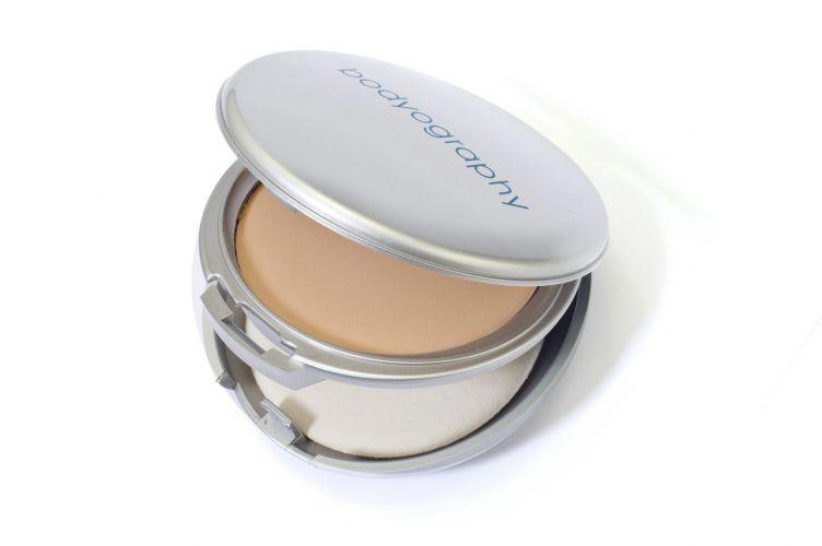 Every Finish Powder, Bodyography Professional Cosmetics, R$ 97 (SAC (11) 5523-8619). Com hydroxy pinacolone retinoate, um ativo antioxidante, o pó compacto ajuda a prevenir os sinais do envelhecimento. O produto ainda pode ser usado como base (para isso, basta aplicá-lo com uma esponja úmida) ou blush
