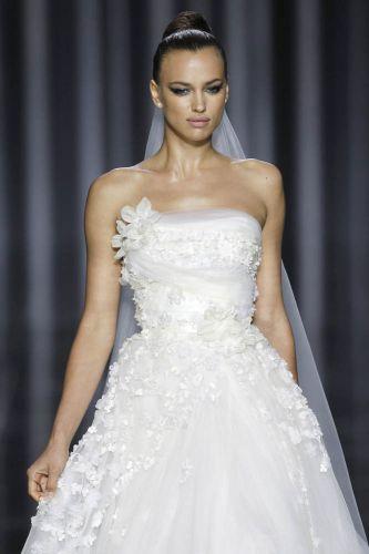 Vestido tomara-que-caia com decote com aplicações de flores, de Elie Saab para Pronovias