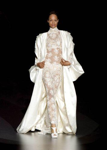 Vestido de renda com capa de cetim, da Isabel Zapardiez