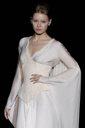 Vestido de mangas longas com espartilho, da Isabel Zapardiez