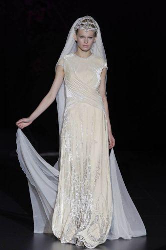 Vestido em veludo com busto drapeado, da Isabel Zapardiez