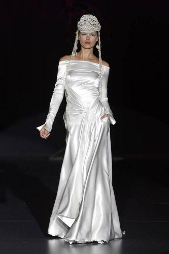 Vestido de seda, mangas longas e decote ombro-a-ombro, da Isabel Zapardiez