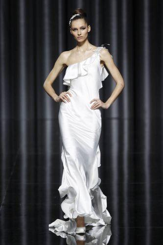 Vestido de um ombro só de seda, com detalhes de babados, de Manuel Mota para Pronovias