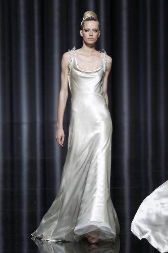 Vestido simples em seda, de Manuel Mota para Pronovias