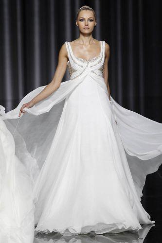 Vestido com decote bordado com cristais, de Manuel Mota para Pronovias