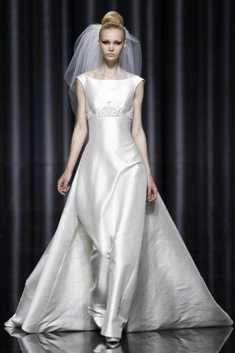 Corte reto e minimalista em vestido de Manuel Mota para Pronovias