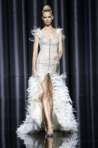Karolina Kurkova exibe fenda em vestido com plumas e cristais de Manuel Mota para Pronovias