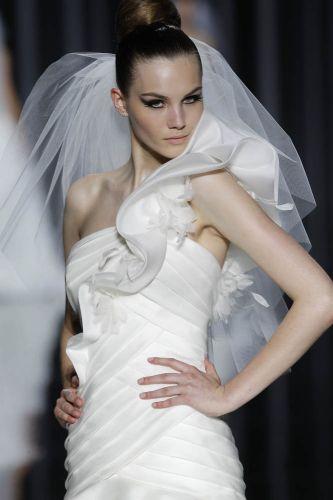 Vestido de um ombro volumoso, de Manuel Mota para Pronovias