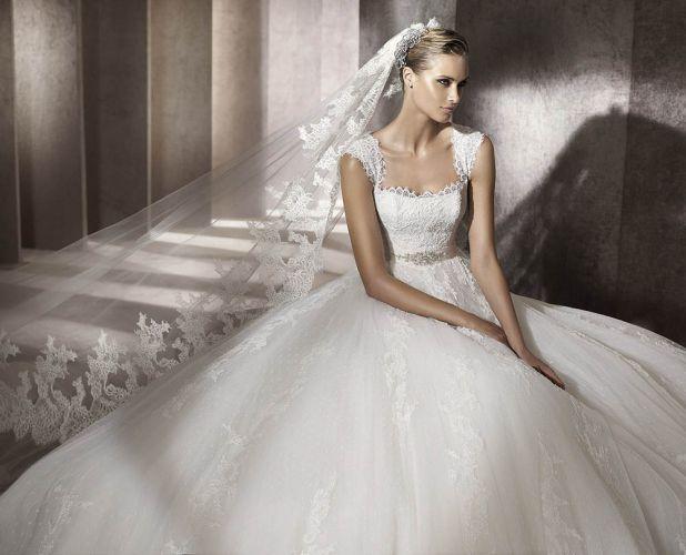 Vestido romântico com véu de renda, da Pronovias