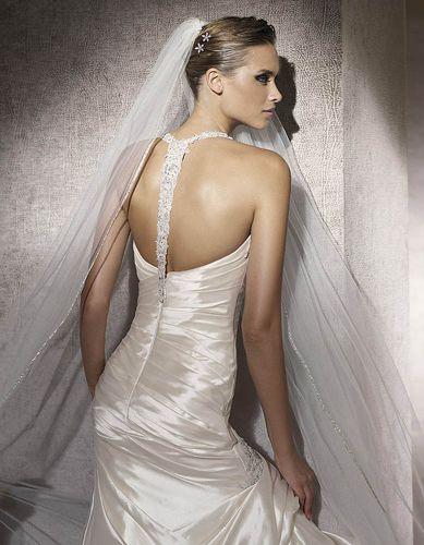 Decote nas costas com aplique de cristais em vestido da Pronovias