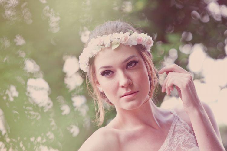 Um penteado usando uma guirlanda de flores delicadas dá um toque hippie-chic ao look