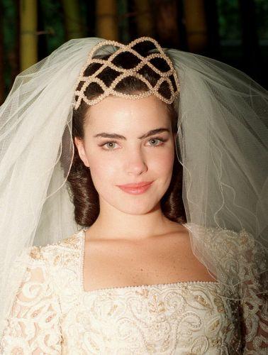Ana Paula Arósio usou um vestido com decote quadrado e mangas longas, todo bordado, no casamento de sua personagem em