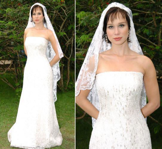 Raíssa (Mariana Ximenes) usou um vestido tomara-que-caia de modelagem simples, mas todo bordado com canutilhos e pedrarias para seu casamento em