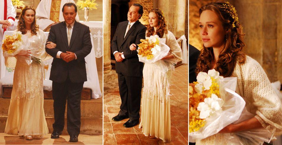 Feito pela equipe de figurinistas da Globo, o vestido de renda off-white usado por Clara (Mariana Ximenes) em