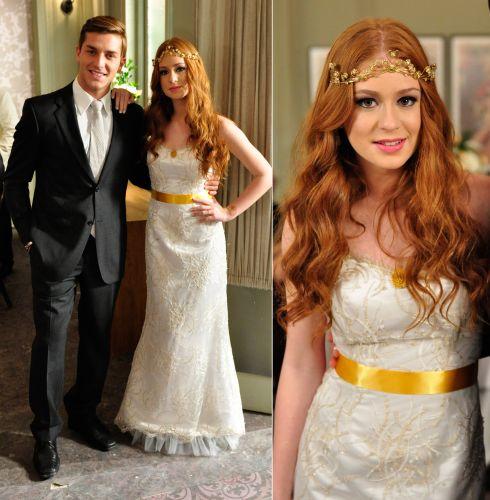 Após idas e vindas no romance, a personagem Alice (Marina Ruy Barbosa) subiu ao altar com Guilherme (Klebber Toledo) usando um vestido tomara-que-caia com bordados dourados com faixa amarela na cintura. A noiva usou ainda uma tiara dourada na testa