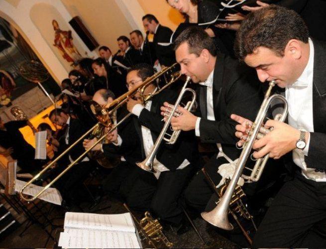 Antes de contratar a orquestra verifique o tamanho e a localidade do espaço na igreja destinado aos músicos. Coral Del Chiaro, tel.: (11) 5051-3234