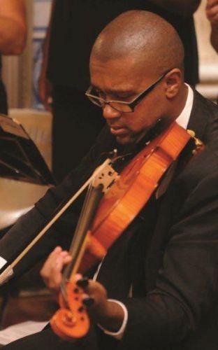 Concentração dos músicos é fundamental para a perfeição da apresentação. Coral Del Chiaro, tel.: (11) 5051-3234
