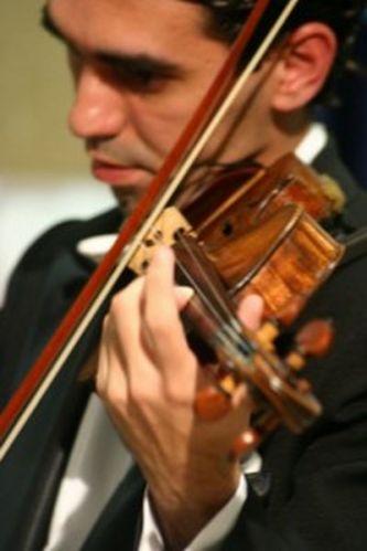 Performance do violinista do Coral Del Chiaro, tel.: (11) 5051-3234