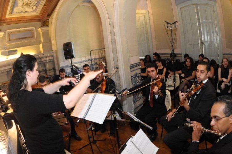 Em igrejas com espaços reduzidos, a orquestra apresenta-se próximo aos convidados do casamento. Coral Del Chiaro, tel.: (11) 5051-3234