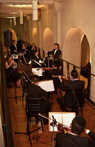 Integrantes da orquestra apresentam-se em andar superior da Sala SP durante cerimônia de casamento. Allegro Coral, tel.: (11) 5055-8808