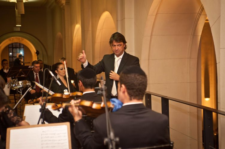 O maestro Renato Misiuk comanda a orquestra durante cerimônia de casamento na Sala SP. Allegro Coral, tel.: (11) 5055-8808