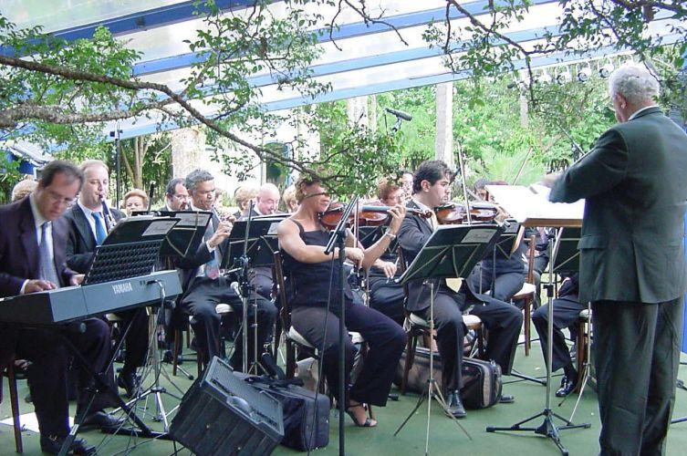Em cerimônias ao ar livre a orquestra necessita de proteção para não correr o risco de molhar os instrumentos. Coral & Orquestra Baccarelli, tel.: (11) 5549-2011