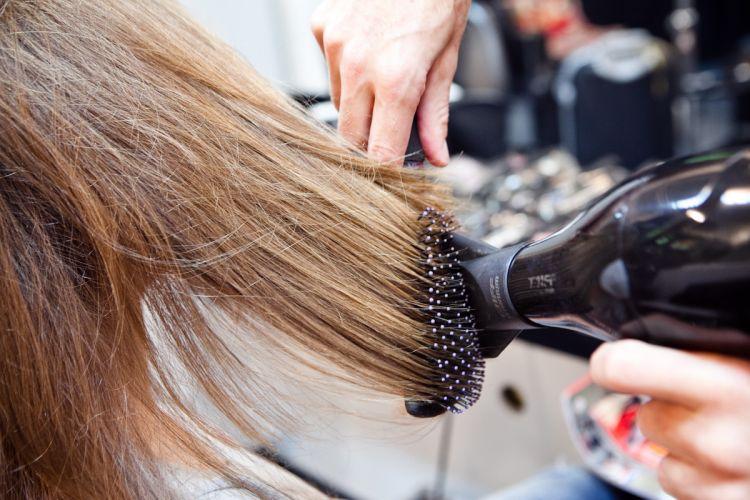 Faça uma escova em todo o cabelo usando uma escova raquete.