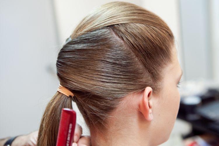 Junte todo o cabelo e prenda-o com um elástico