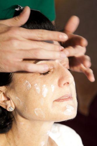 PREPARAÇÃO DA PELESobre a pele limpa e tonificada aplique um hidratante ou o seu anti-idade habitual
