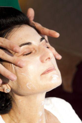 PREPARAÇÃO DA PELEEspalhe o produto em todo o rosto com movimentos ascendentes.