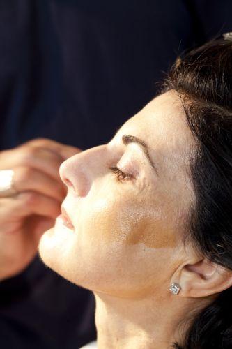 PREPARAÇÃO DA PELEComece fazendo o contorno do rosto. Aplique o tom mais escuro na lateral.