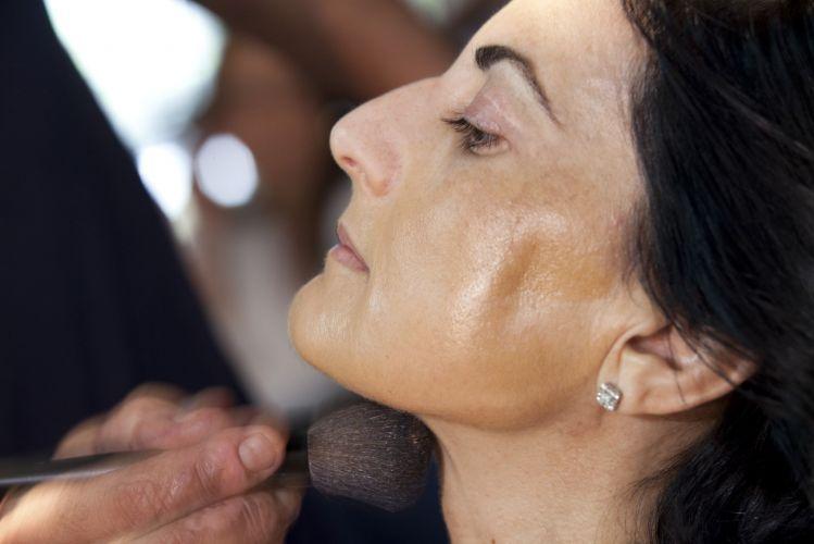 PREPARAÇÃO DA PELEAs peles mais maduras tomam menos sol, por isso é importante uniformizar o tom do rosto com o do pescoço e colo.