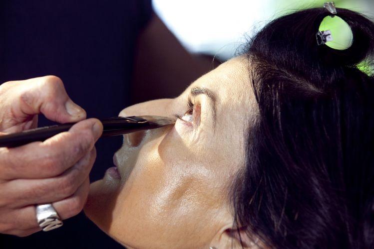 PREPARAÇÃO DA PELEReforce (sem exageros) a base mais clara na região das olheiras para neutralizar o tom da pele