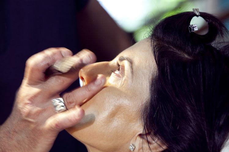 PREPARAÇÃO DA PELEAplique um cosmético preenchedor instantâneo no vinco nasogeniano (que vai da narina ao canto externo da boca). Aqui foi usado o Instant Deep Wrinkle Filler, da Tri-Aktiline. Este produto ameniza a proeminência e flacidez das maçãs, típica nas peles maduras. Problema que na linguagem popular é chamado de bochechas