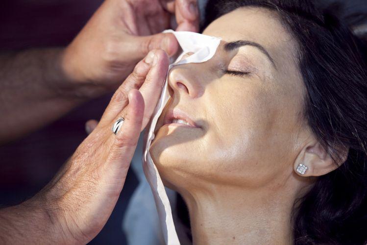 PREPARAÇÃO DA PELEDe novo, aplique um lenço de papel sobre o rosto para retirar o excesso de oleosidade