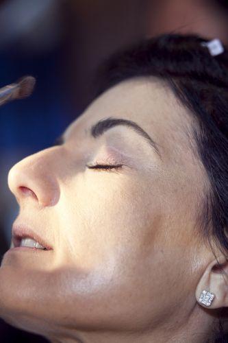 PREPARAÇÃO DA PELEAplique pó iluminador no centro do rosto - zona T e olheiras. De forma bem suave porque excesso de produto sempre acaba aparecendo no make